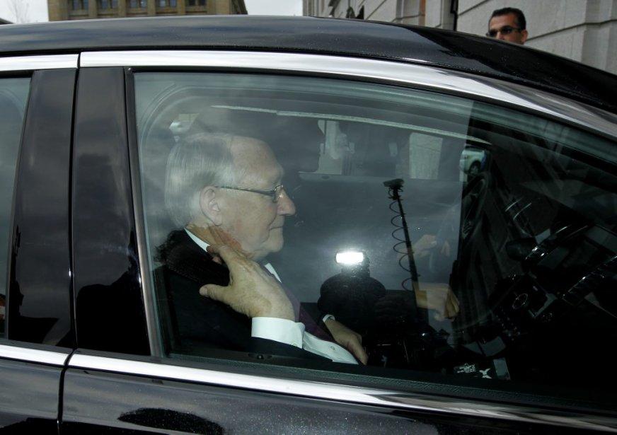 Le maire lors de son arrivée à l'hôtel de ville, lundi après-midi. | 5 novembre 2012