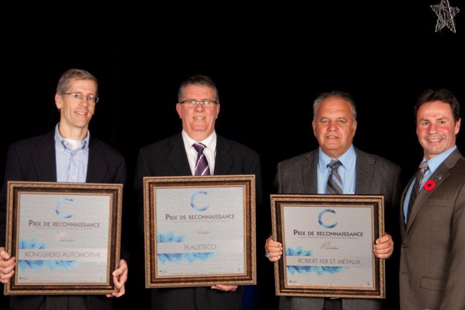 Pierre Nadeau de Placeteco, Rob Cowans de Kongsberg et Pierre Robert de Robert fer et métaux ont reçu le prix Reconnaissance diversification économique de Shawinigan des mains du maire de la ville, Michel Angers. | 6 novembre 2012