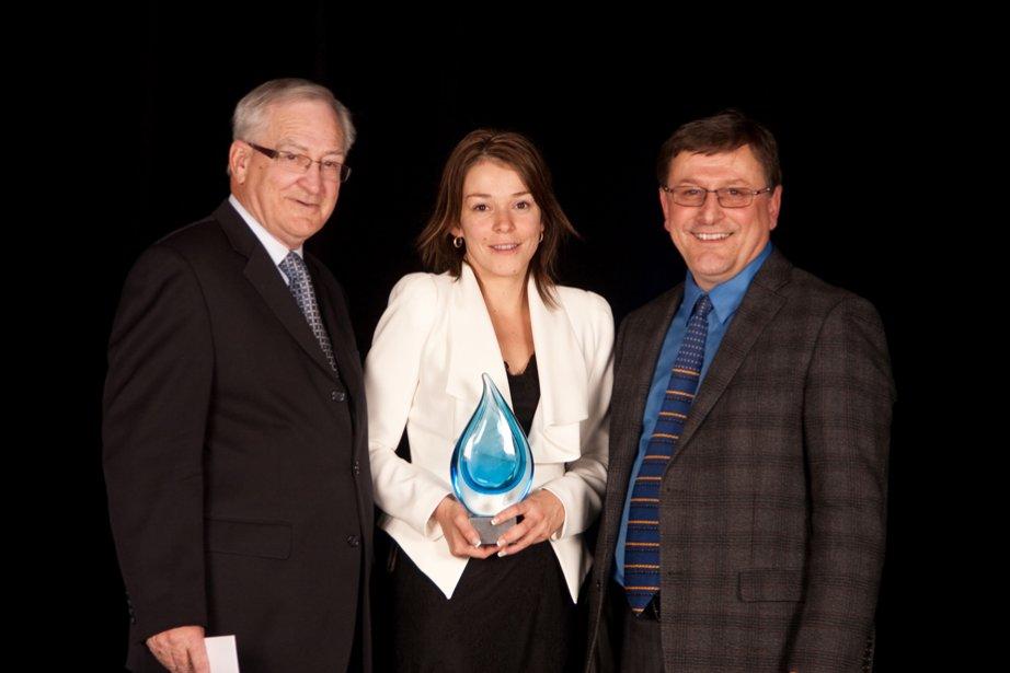 Gilles Lafrenière, commissaire à l'économie sociale et au développement au CLD de Shawinigan, a récompensé Karine Lahaie et Guy D'Anjou de la Coopérative de solidarité santé Le Rocher dans la catégorie Économie sociale. | 6 novembre 2012