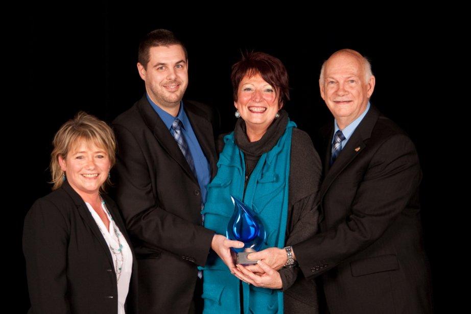 Julie Trudel, David Nadeau, France Brisson et Jean Nadeau de la Rôtisserie Saint-Hubert ont eu l'occasion de se réjouir puisqu'ils sont repartis avec le prix Employeur de choix. | 6 novembre 2012