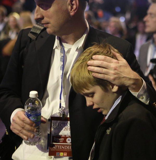Un jeune partisan sèche ses larmes.... | 2012-11-06 00:00:00.000