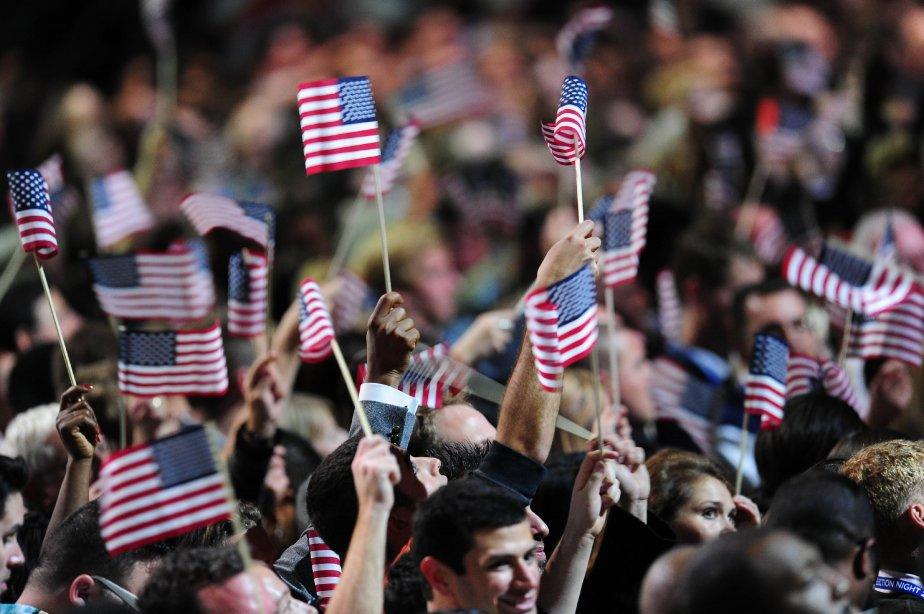 Des dizaines de drapeaux américains s'agitent pour célébrer la victoire d'Obama. | 6 novembre 2012