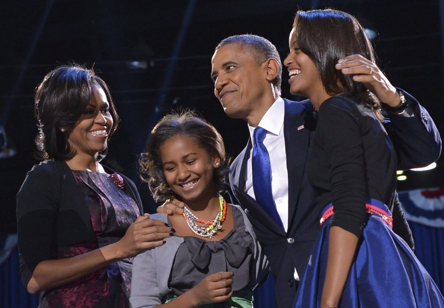 Barack Obama a été réélu président des États-Unis, le 6 novembre. Son épouse Michelle et ses filles Sasha et Malia le félicitent lors de la soirée électorale à Chicago, Illinois. | 7 novembre 2012