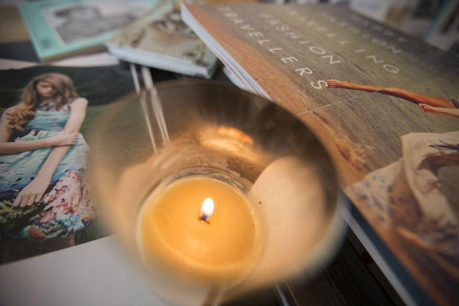 Sabrina raffole de l'odeur des bougies d'ambiance du parfumeur parisien... | 2012-11-07 00:00:00.000