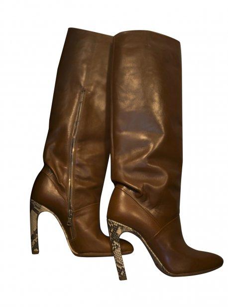 Les chaussures, l?un de ses seuls plaisirs coupables, elle qui affirme n?acheter que par coup de coeur? Comme ces bottes signées Dries Van Noten... | 7 novembre 2012