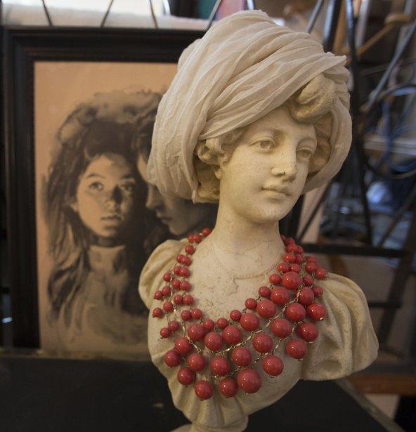 Portrait au fusain et femme au turban, avec collier... Quelques éléments de décoration qui séparent la chambre de l?espace bureau de la designer. | 7 novembre 2012