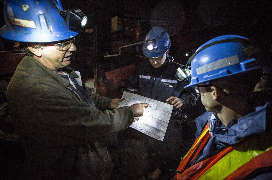 Des ingénieurs miniers regardent un plan de travail... (Photo Olivier Pontbriand, La Presse)