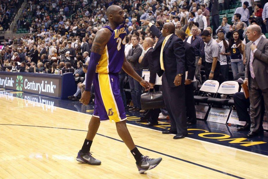 Kobe Bryant quitte le terrain après la défaite... (Photo: Reuters)