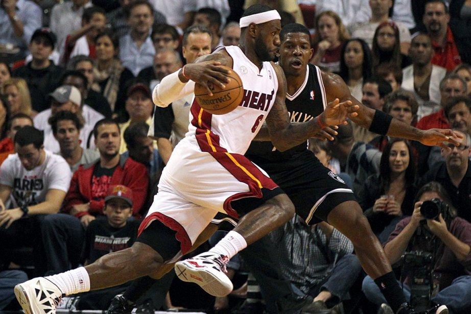 LeBron James a inscrit 20 points et récolté... (Photo: AP)