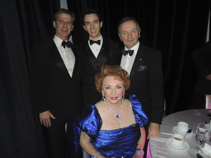 Paul Maréchal, Stéphane Tétreault et le sénateur Serge Joyal entourent Jacqueline Desmarais. | 8 novembre 2012