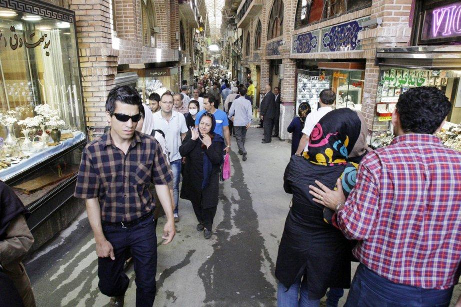 Des Iraniens se promènent dans le plus grand... (PHOTO VAHID SALEMI, AP)