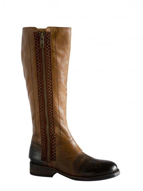 Botte de cuir ornée de clous décoratifs, Vince Camuto, disponible chez Mochino, 310$ | 9 novembre 2012