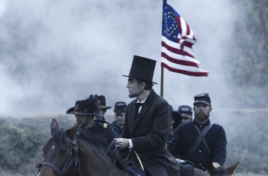 Daniel Day-Lewis (centre), dans le film Lincoln.... (Photo fournie par la production.)