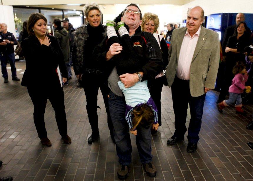 Régis Labeaume a fait un peu de «gymnastique» avec une fillette, après avoir annoncé des investissements de 8,5 millions $ pour la construction d'une palestre de gymnastique à Charlesbourg. Une spectatrice de la performance semble cependant un peu inquiète... | 10 novembre 2012