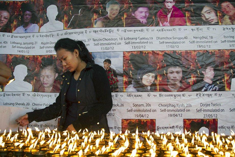 Une exilée tibétaine à Dharamsala, en Inde, allume... (Photo: AP)