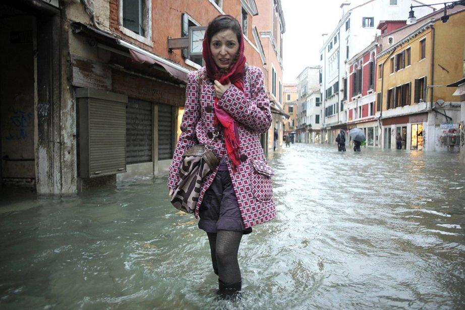 70% de la ville de Venise était inondée dans la matinée de dimanche, le niveau de la mer étant à une hauteur de 1,50 m au-dessus de son niveau normal. | 11 novembre 2012