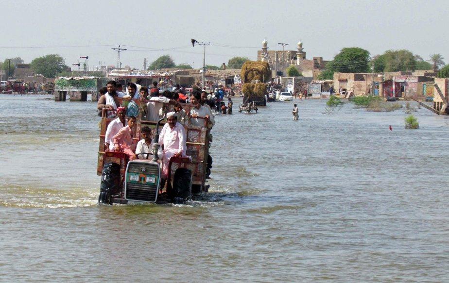 Des rescapés des inondations se sont installés sur... (Photo AFP)
