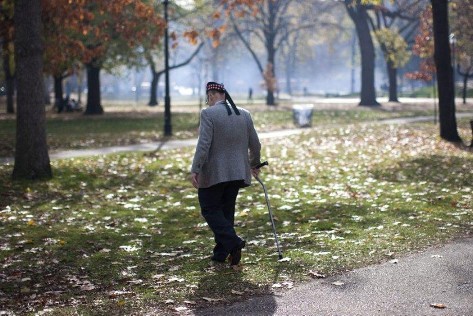 Un vétéran quitte la cérémonie qui vient de se terminer à Toronto. Selon le ministère canadien des Anciens Combattants, 66 655 Canadiens sont tombés au champ d'honneur pendant la Première Guerre mondiale, 45 000 lors de la Seconde Guerre mondiale et 26 000 pendant la guerre de Corée. | 11 novembre 2012