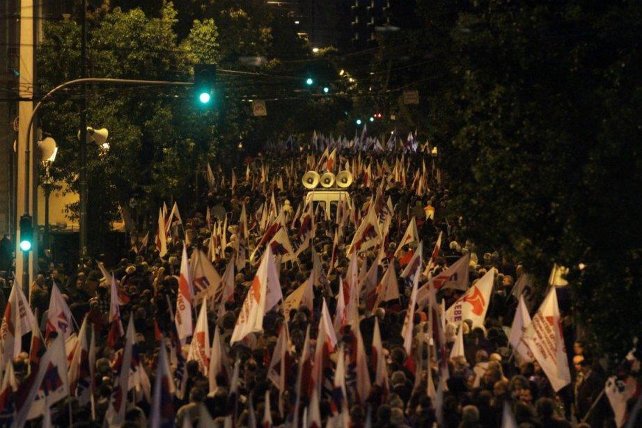 Dimanche soir, à Athènes, 15 000 personnes, selon... (Photo Panayiotis Tzamaros, Agence France-Presse)