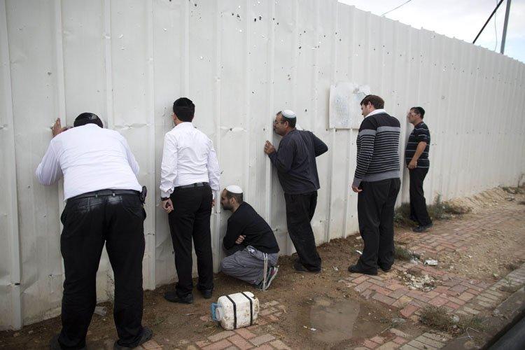 Des résidents israéliens deNetivot, dans le sud du... (Photo: AFP)