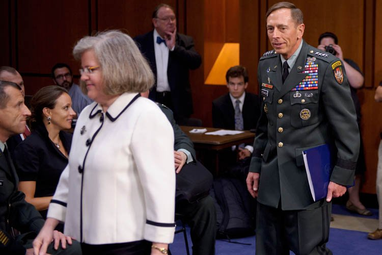 David Petraeus, sa femme Holly, et sa biographePaula... (Photo: AFP)