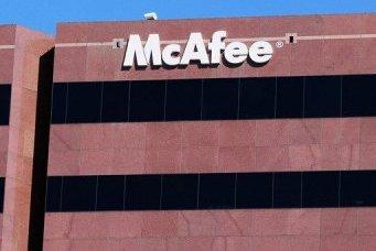 John McAfee est recherché pour le meurtre présumé d'un autre citoyen américain...
