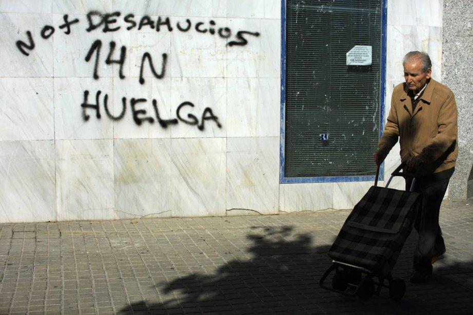 Un graffiti invite à faire la grève générale... (Photo: Reuters)