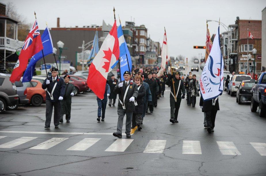 Des militaires du 62e Régiment d'artillerie de campagne de même que des cadets de l'armée et de l'aviation accompagnaient les vétérans de la 44e filiale de la Légion royale canadienne. Ils ont tous défilé au rythme de la musique du 62e régiment. | 13 novembre 2012