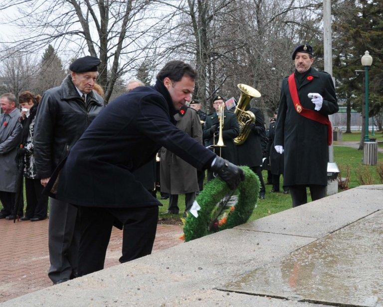 Le maire de Shawinigan, Michel Angers, déposant une couronne au pied du cénotaphe. | 13 novembre 2012