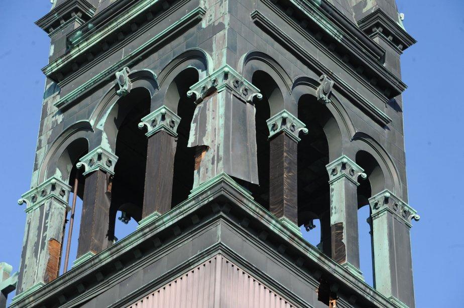 Des feuilles de cuivre se détachent du clocher et on peut apercevoir des colonnes entièrement dénudées de cuivre. | 13 novembre 2012