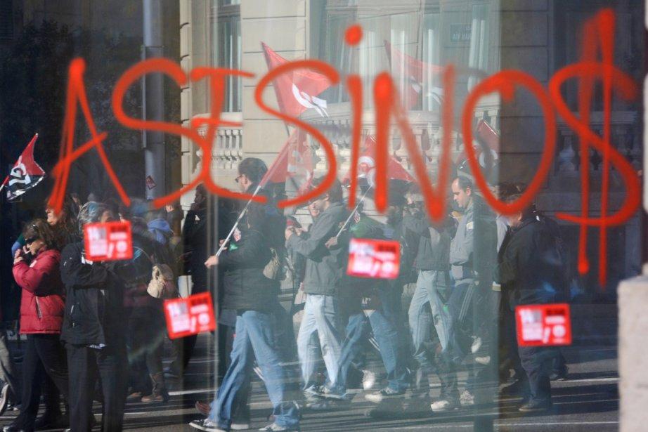 Le reflet de plusieurs manifestants est perçu dans... (PHOTO DOMINIQUE FAGET, AFP)