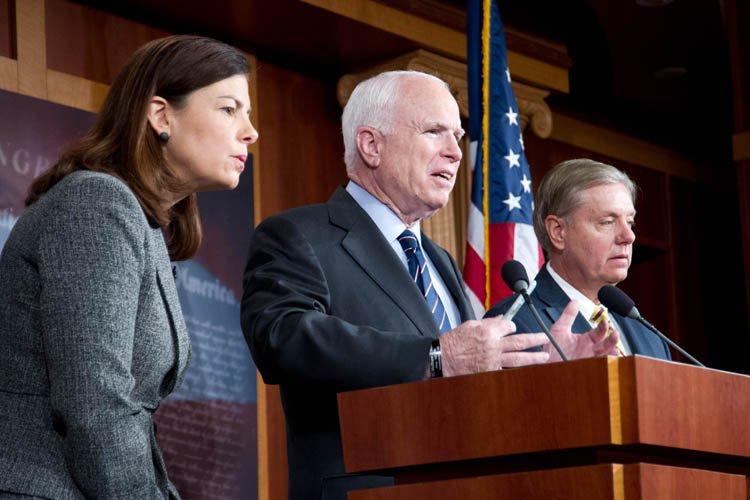 John McCain, flanqué des sénateurs républicainsKelly Ayotte (New... (Photo: AFP)