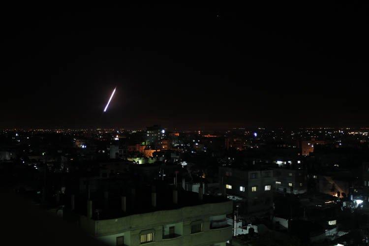 Une fusée lancée depuis Rafah, dans le sud... (Photo: AFP)
