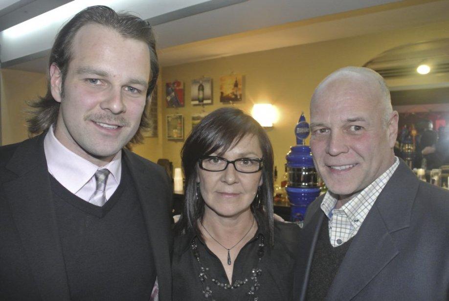 Le joueur de hockey Guillaume Latendresse ici accompagné de ses parents était venu soutenir sa conjointe Annie Villeneuve pour la première montréalaise de Ils se sont aimés. | 15 novembre 2012