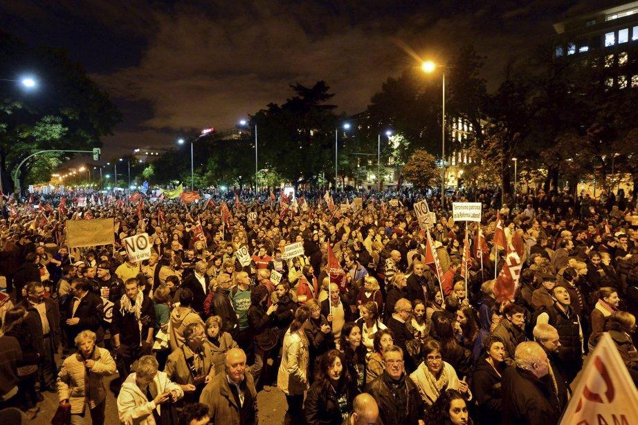 Des centaines de milliers d?Européens ont débrayé ou manifesté, le 14 novembre, dans plusieurs capitales dont Madrid (photo), afin de demander aux gouvernements d?arrêter de sabrer dans leurs avantages sociaux et de créer davantage d?emplois. Travailleurs et chômeurs ont déclaré que l?Union européenne, qui compte 27 pays et un demi-milliard d?habitants, était paralysée par un «état d?urgence social». | 15 novembre 2012