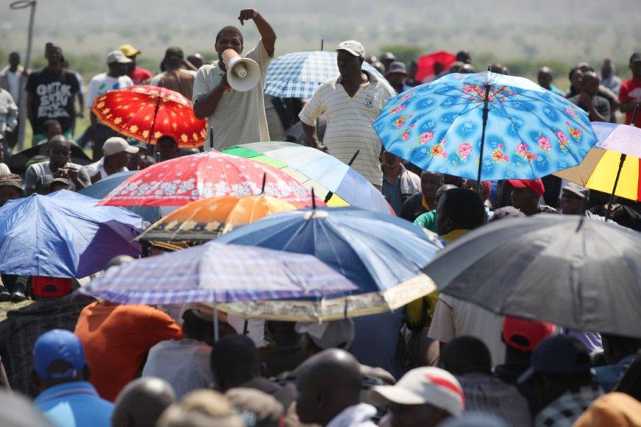 Des mineurs en grève de chez Amplats sont... (PHOTO JON GAMBRELL, AP)