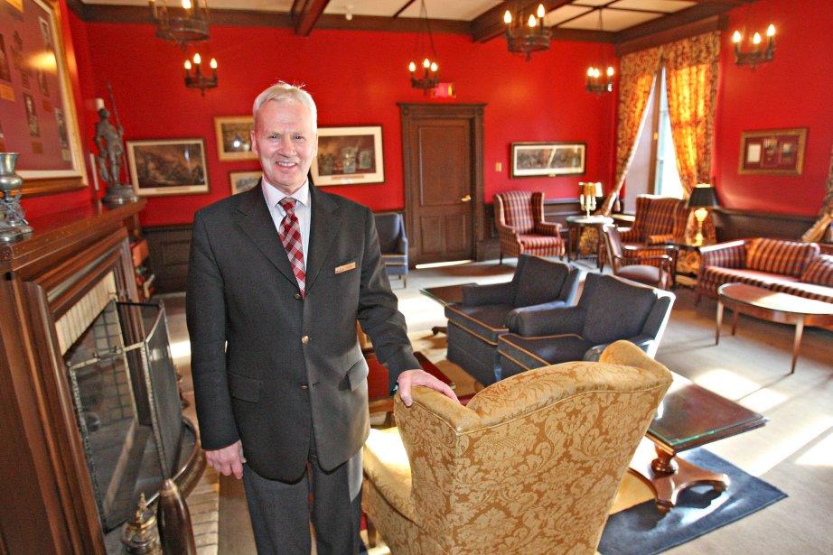 Pierre Villeneuve, majordome du Cercle de la Garnison, dans le Salon des Croix-Victoria, un mémorial qui honore, entre autres, le courage des officiers canadiens lors de la Première Guerre mondiale | 16 novembre 2012