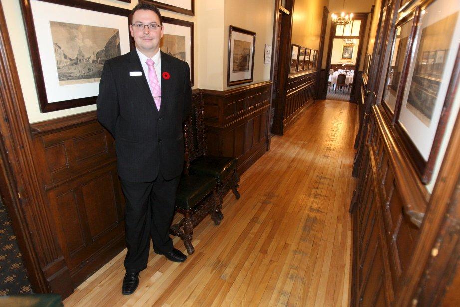 Le maître d?hôtel et sommelier Stéphane Barry, qui accueille les membres du Cercle de la Garnison dans le couloir  conduisant à la salle à manger principale | 16 novembre 2012