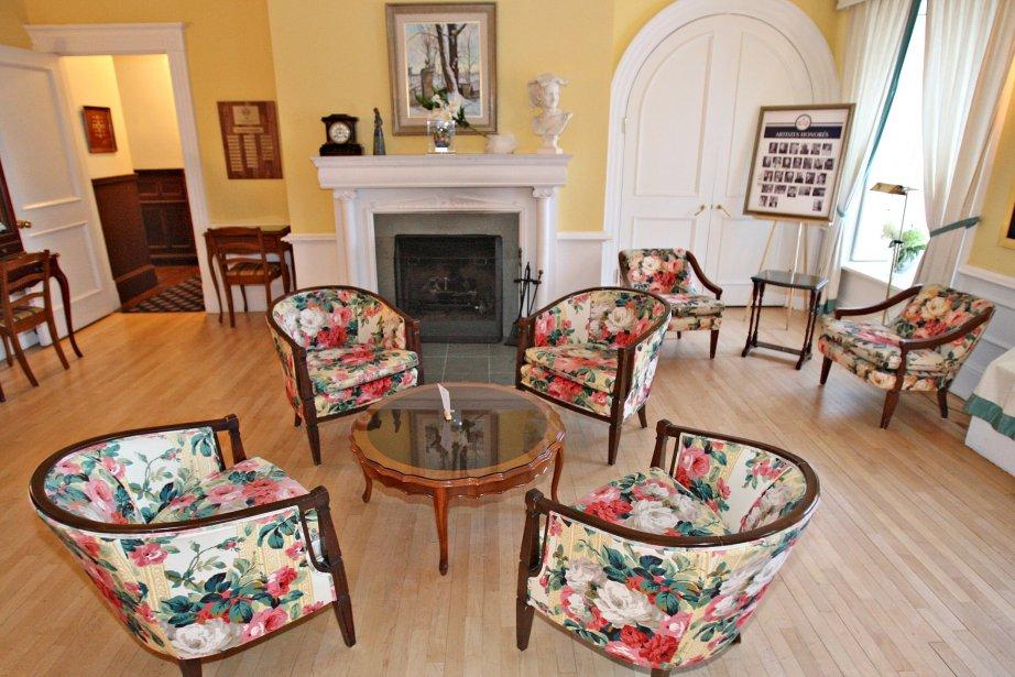 dans le salon universit les tissus motifs floraux qui habillent le mobilier crent un - Salon En Bois Et Tissu En Tunisie
