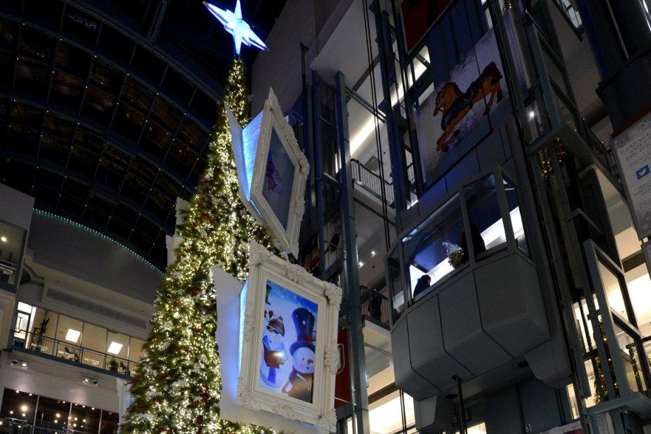 Le nouveau sapin de Noël de Place Montréal... (Photo: Bernard Brault, La Presse)