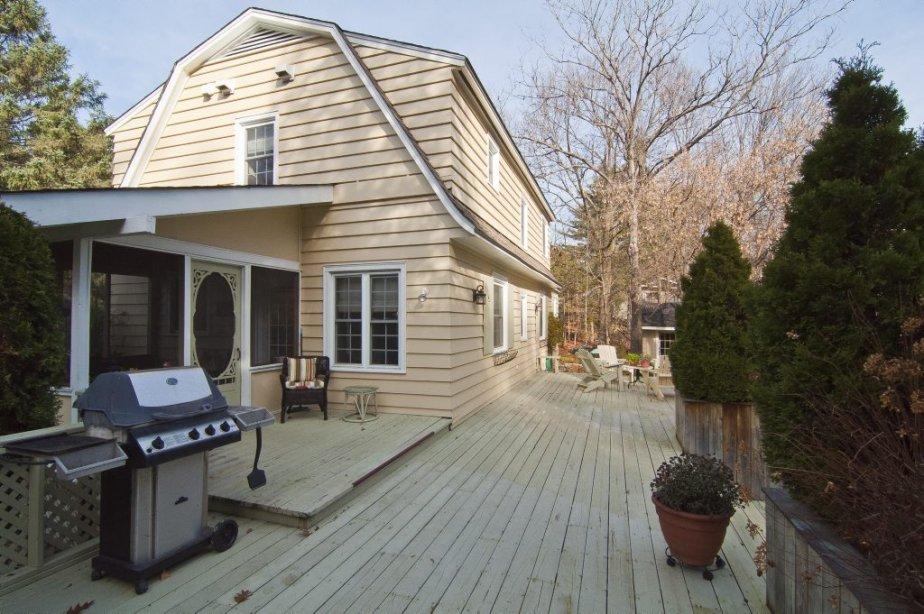 La véranda à moustiquaires s'ouvre sur une terrrasse en bois, agrandie ces dernières années à l'arrière de la maison. | 16 novembre 2012