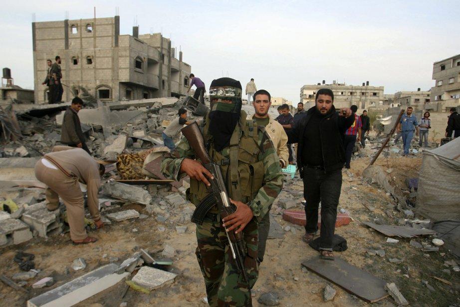 Un militant du Hamas au milieu des décombres... (Photo Eyad Baba, AP)