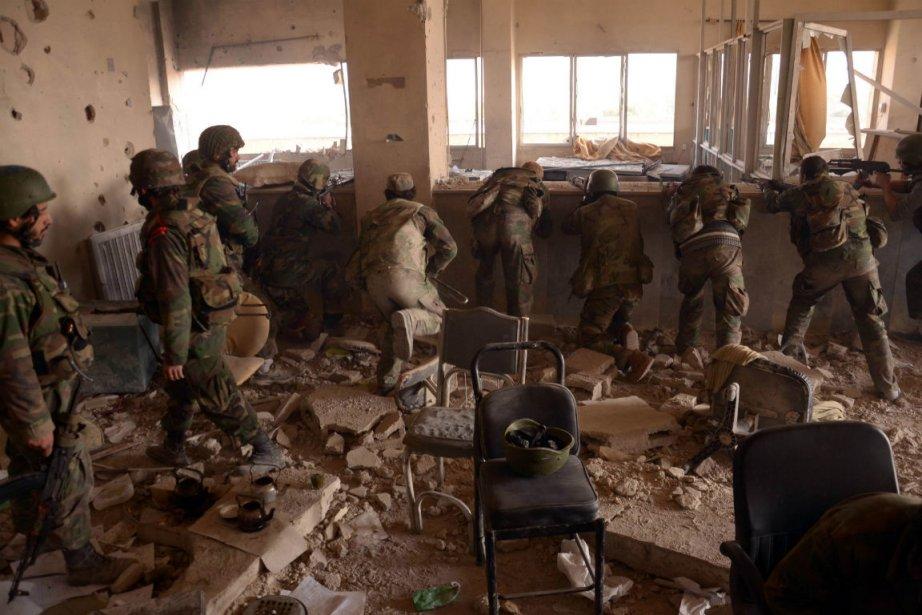 Des soldats syriens lors d'une bataille à Alep.... (Photo Agence France-Presse)