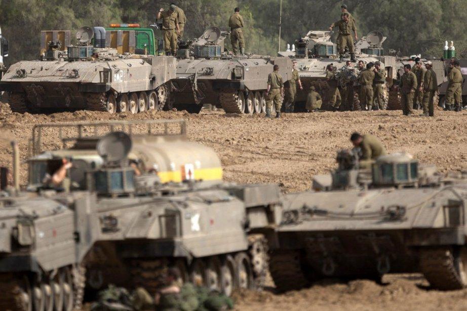 Une rangée de blindés de Tsahal postés à... (Photo Ariel Schalit, Associated Press)