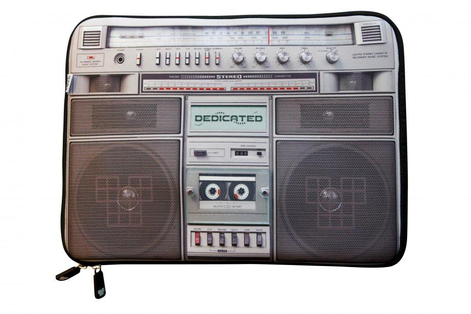 Étui à portable motif cassette, 48 $ chez Simons, Place Ste-Foy, Québec, 418692-3630, simons.ca | 18 novembre 2012
