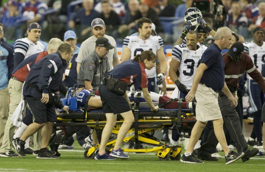 Marc-Olivier Brouillette a quitté le terrain sur une civière après s'être blessé en deuxième demie. (Robert Skinner, La Presse)