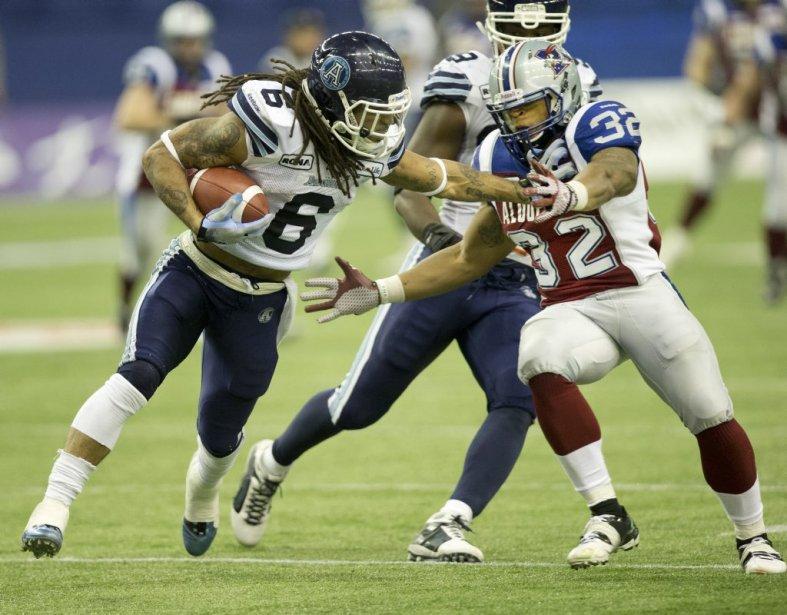Chris Jennings tent d'arrêter Marcus Ball de Toronto. (Robert Skinner, La Presse)