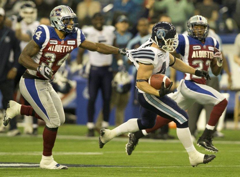 Kyries Hebert des Alouettes tente d'arrêter Chad Kackert des Argonauts. | 18 novembre 2012