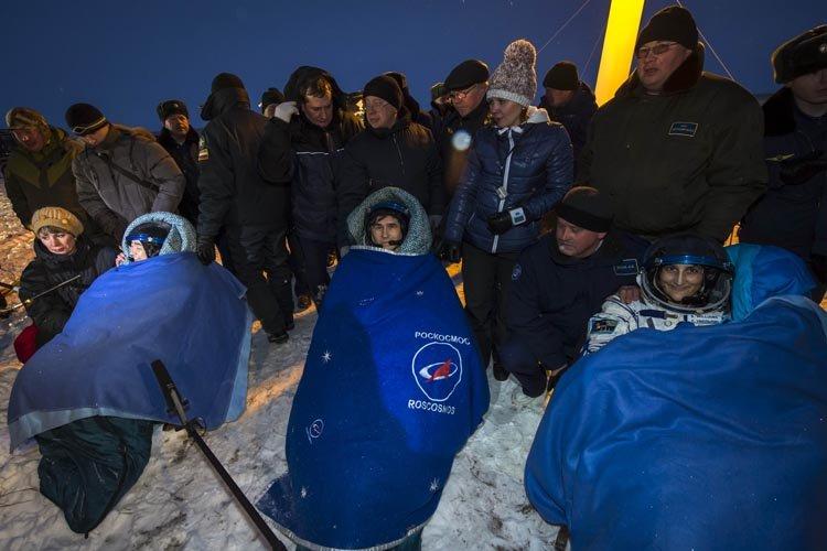 Après avoir été sortis chacun de la capsule... (Photo: AFP)