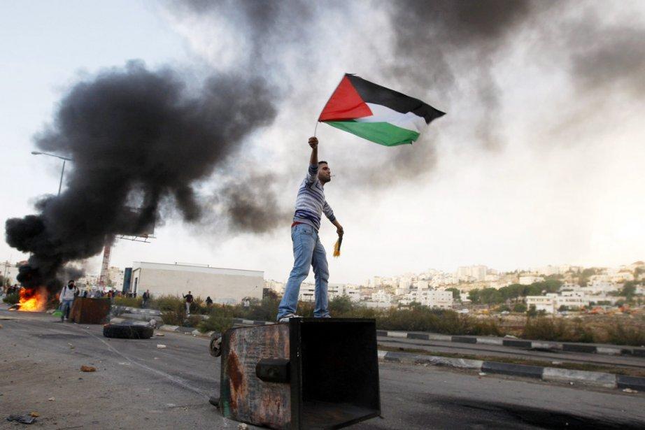 Un militant palestinien manifeste pour dénoncer les bombardements... (PHOTO MAJDI MOHAMMED, AP)